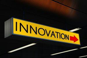 """Wort """"Innovation"""" auf einem Schild"""